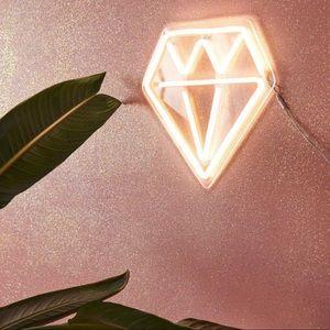 UO DIAMOND NEON SIGN